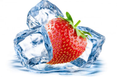 Strawberry-Between-the-Ice-Cubes-Pic